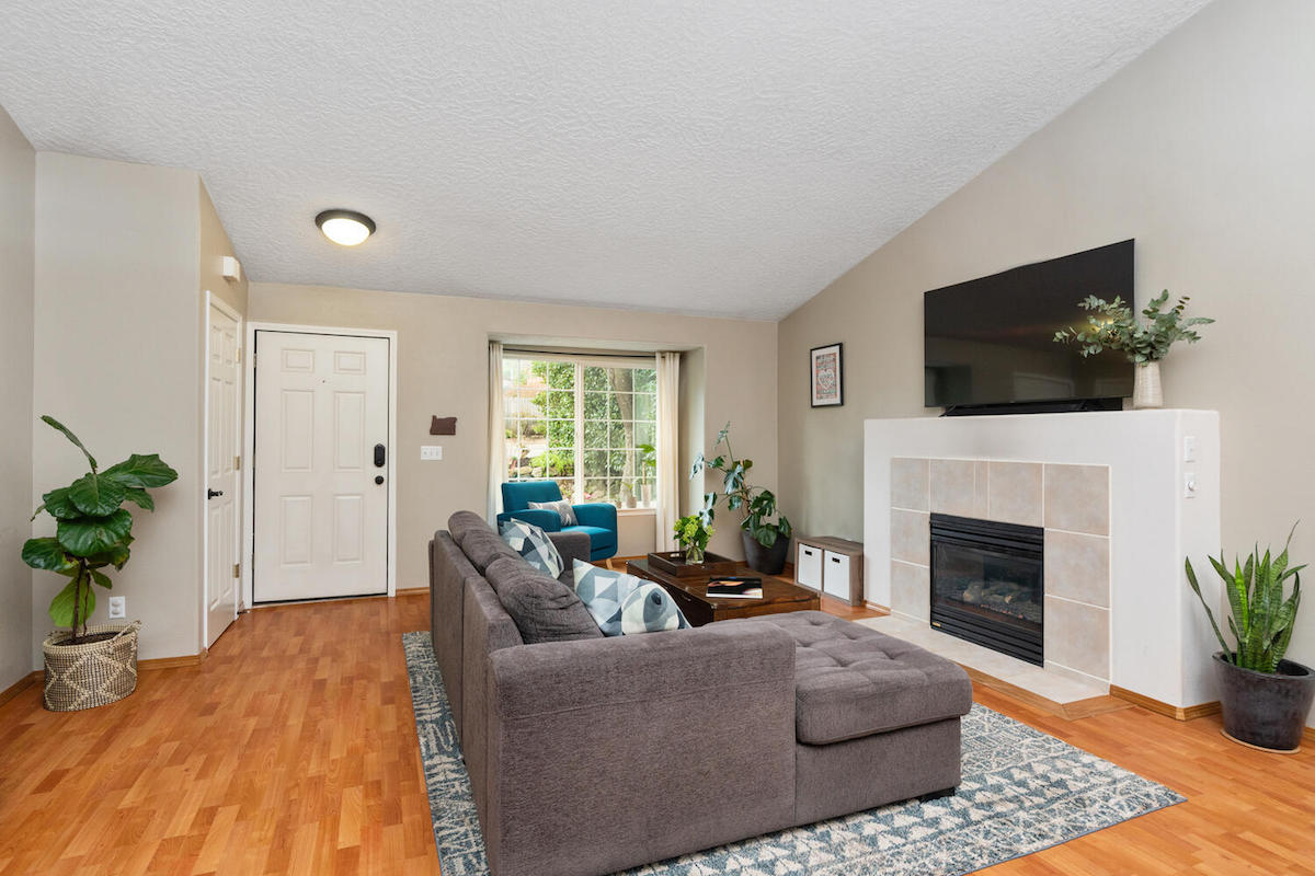 1423 SW Hume St Portland OR-large-007-005-Living Room-1500x1000-72dpi