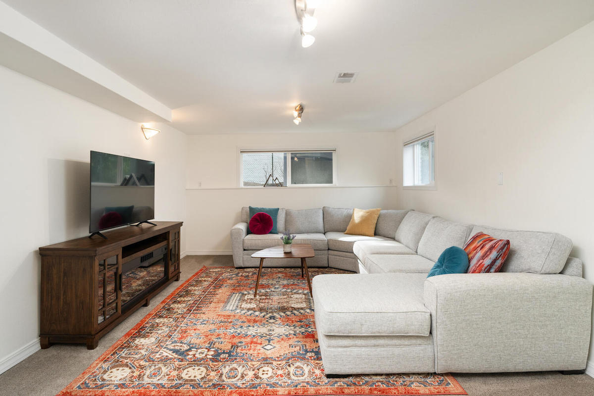 8818 SW 57th Ave Portland OR-large-033-045-Family Room-1500x1000-72dpi